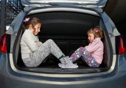 Niños en el asiento delantero del coche